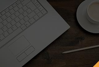 Un ordinateur portable et une tasse de café sur une table.